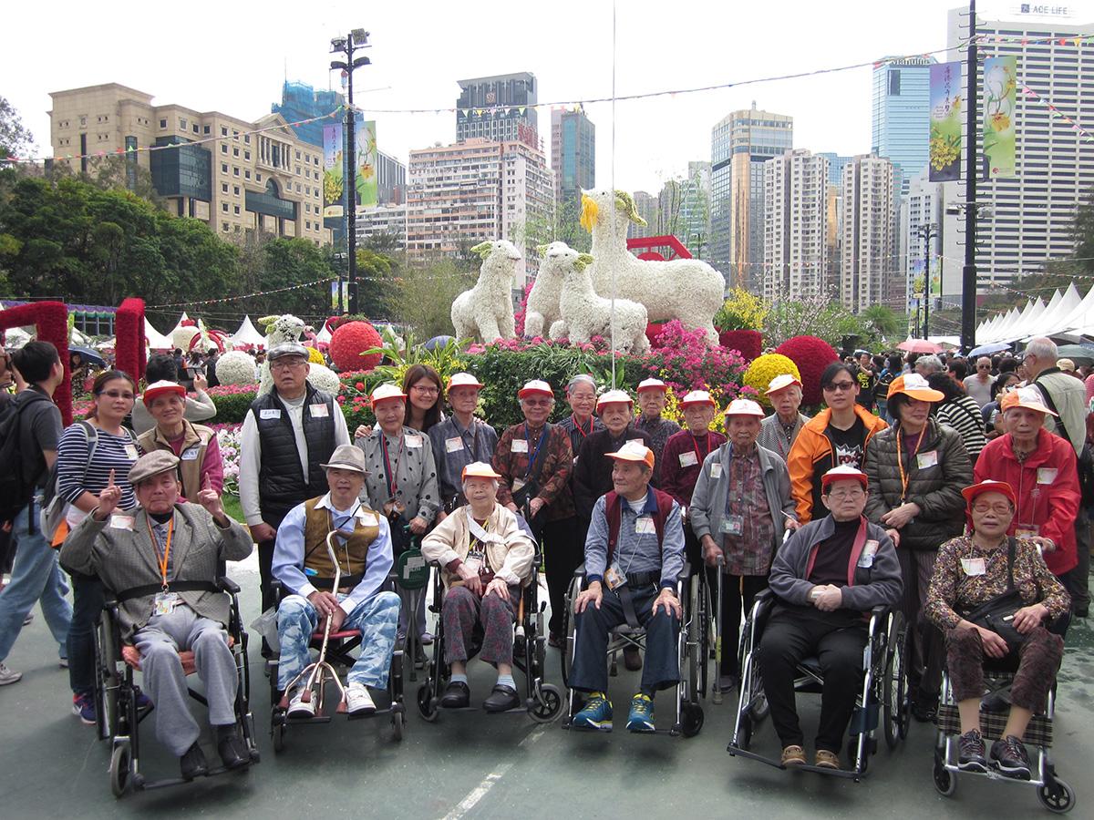 院友在職員帶領下,到維多利亞公園觀賞一年一度的「香港花卉展覽」,院友都看得心花怒放。